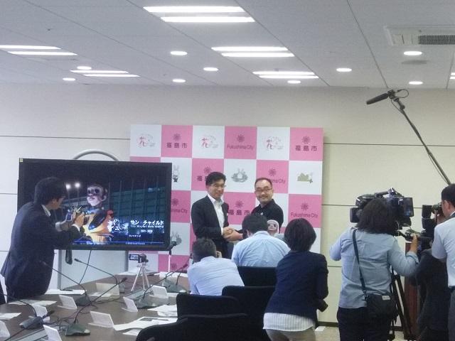 「サン・チャイルド」寄贈式後の臨時記者会見(木幡浩福島市長とヤノベケンジ氏)