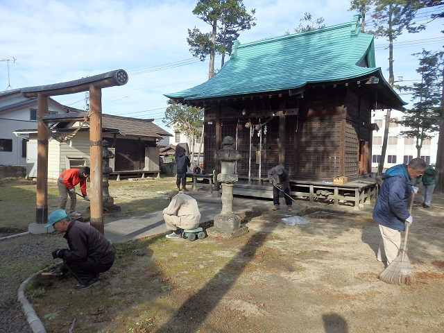 七社宮神社の神社境内の清掃作業